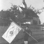 Herbert Fuhge mit der alten Fahne